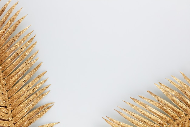 Palmgoldblatt auf blauem hintergrund
