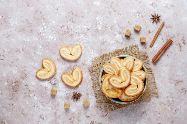 Palmier blätterteig. köstliche französische palmierplätzchen mit zucker