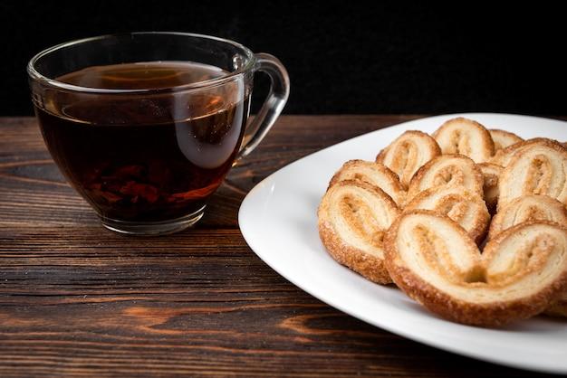Palmier kekse auf teller mit tee