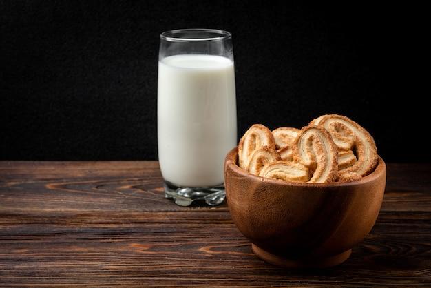 Palmier kekse in schüssel mit milch