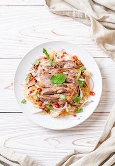 Pamelo würziger salat mit gebratener ente