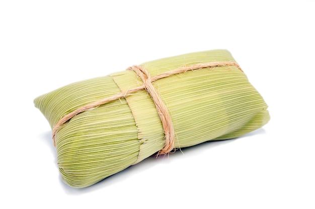 Pamonha, brasilianischer zuckermais, eingewickelt in trockenes stroh, hergestellt für ländliche partys im juni, kopierraum