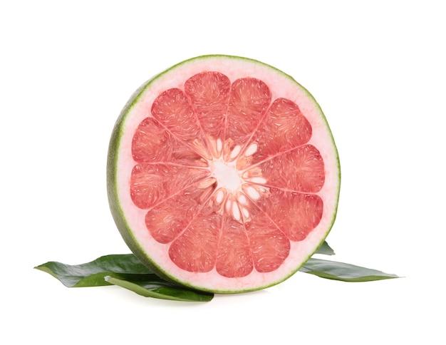 Pampelmuse zitrusfrucht mit blättern auf weiß isoliert