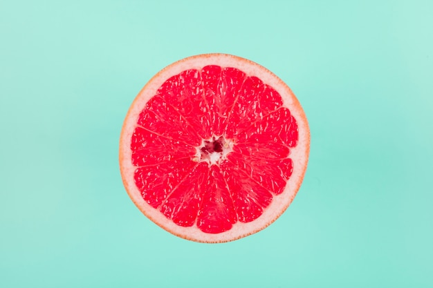 Pampelmusenzitrusfrucht auf pastellhintergrund