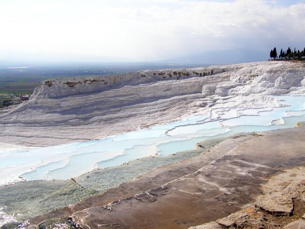 Pamukkale-thermalwasser mit den weißen felsen.