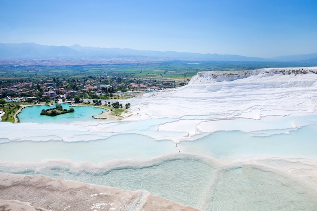 Pamukkale travertin pools und terrassen.