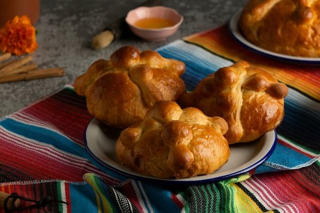 Pan de muerto mit hohem winkel auf dem tisch