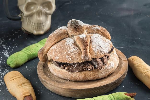 Pan de muerto mit typisch mexikanischem essen