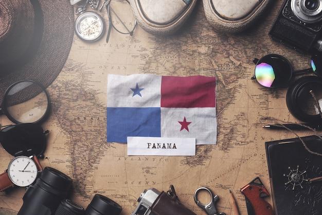 Panama-flagge zwischen dem zubehör des reisenden auf alter weinlese-karte. obenliegender schuss