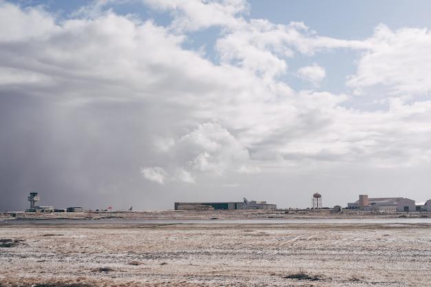 Panaramablick auf den flughafen in island reykjavik