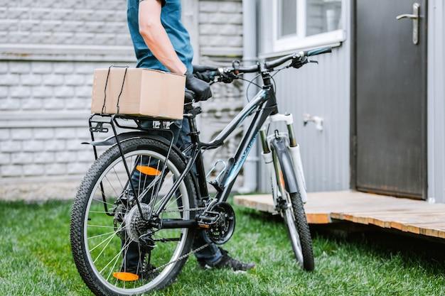Pandemie nach hause lieferung von lebensmitteln mit dem fahrrad. soziale distanzierung für das infektionsrisiko