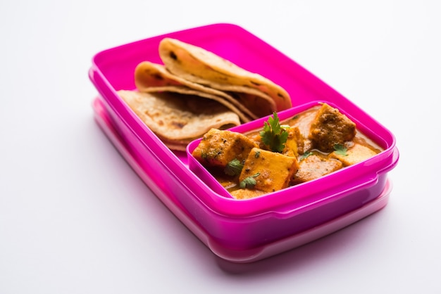 Paneer butter masala mit roti in brotdose oder tiffin, selektiver fokus