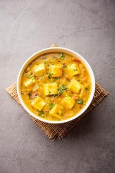 Paneer dal fry ist eine kombination aus hüttenkäsewürfeln, eingetaucht in gelbe linsenmasala