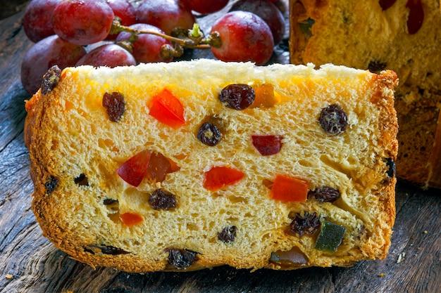 Panettone mit früchten (italienischer weihnachtskuchen)