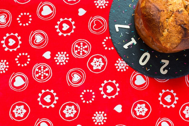 Panettone mit schokoladen- und weihnachtsdekoration