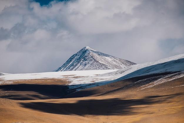 Pangong see und berg in leh ladakh, indien