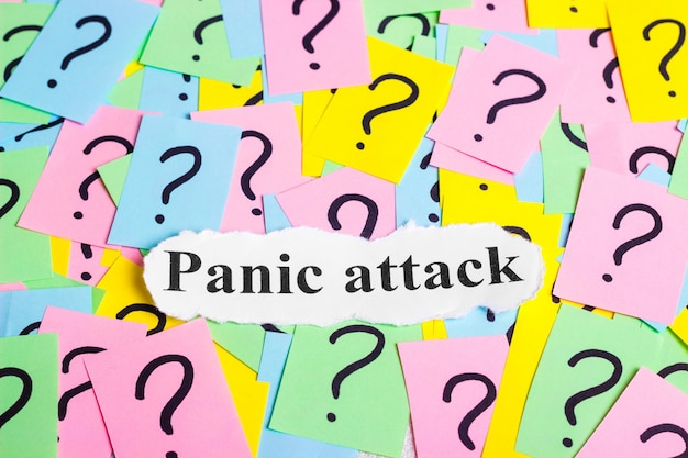 Panic attack syndrome-text auf bunten haftnotizen