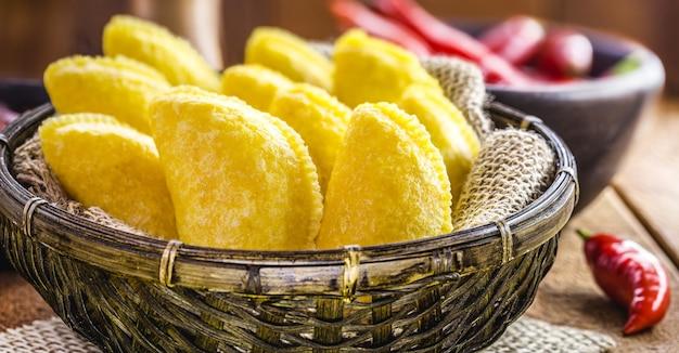 Panierter gebratener mais, typisches gebäck südamerikas, mit mehl und gefüllt mit fleisch
