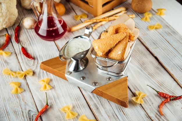 Panierter gebratener mozzarella mit tartarsauce