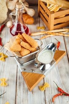 Panierter gebratener zarter mozzarella mit sauce tartar