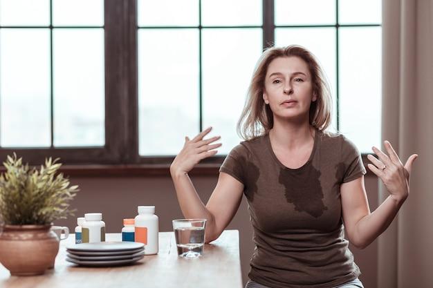 Panikattacke haben. dunkeläugige depressive frau mit panikattacke nach einnahme zu vieler pillen