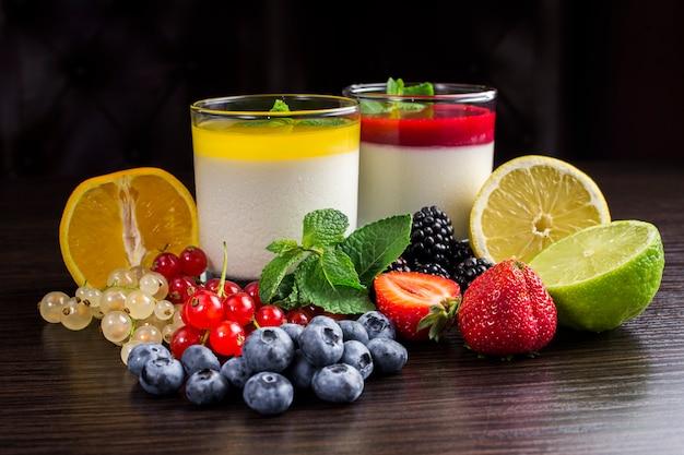 Panna cotta dessert in einem glasbehälter und obst