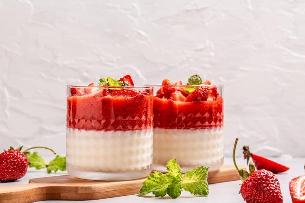 Pannacotta mit erdbeeren. köstliches italienisches dessert panna cotta vanille erdbeere