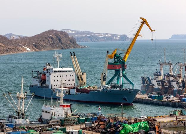 Panorama auf schiffen am pier, hafenkräne am kommerziellen seehafen petropawlowsk-kamtschatski