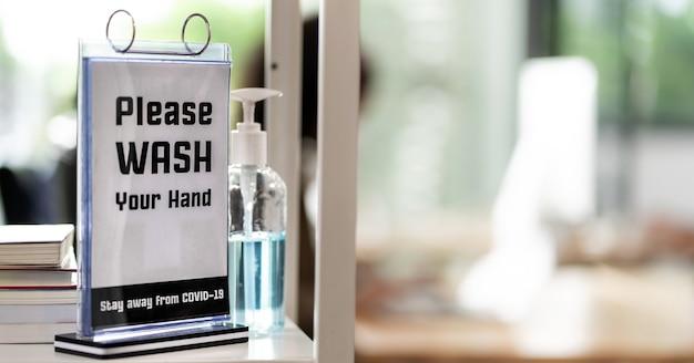 Panorama-beschilderung des händedesinfektionsmittels im büro für die hygienepraxis nach dem wiedereröffnen