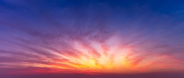 Panorama-dämmerungshimmel und wolkennaturhintergrund