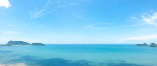 Panorama der ansicht meer und strand mit blauem himmel hintergrund an einem ruhigen tag.