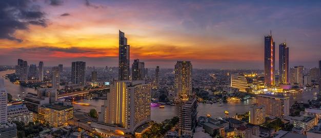 Panorama der bangkok-stadtbild-flussseite modernes gebäude