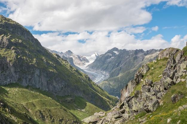Panorama der bergszene, route großer aletschgletscher im nationalpark schweiz, europa. sommerlandschaft, sonnenscheinwetter, blauer himmel und sonniger tag