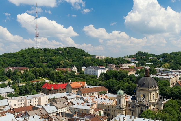 Panorama der europäischen stadt lviv im sommer