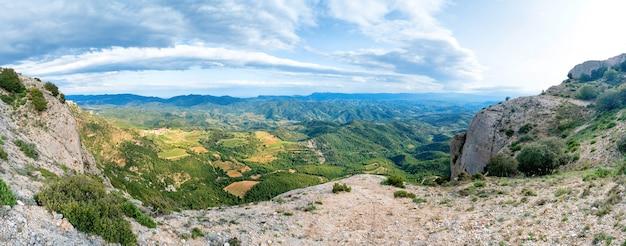 Panorama der grünen berge pyrenäen in der nähe von barcelona, spanien