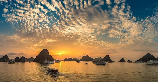 Panorama der halong-bucht bei sonnenuntergang