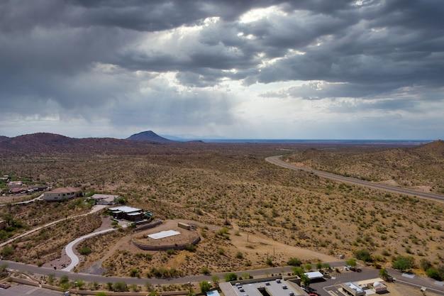 Panorama der luftaufnahme einer kleinen stadt in fountain hills in der nähe der bergwüste der vorstadtsiedlung in arizona usa