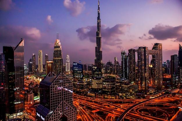 Panorama der modernen stadt im stadtzentrum von dubai bei nacht