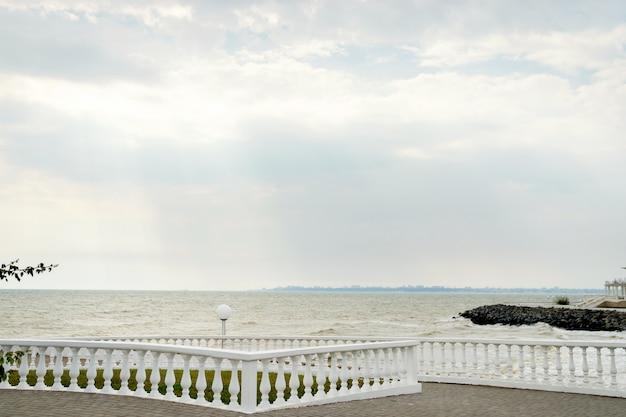 Panorama der promenade mit einer brüstung an einem sonnigen tag am meer.
