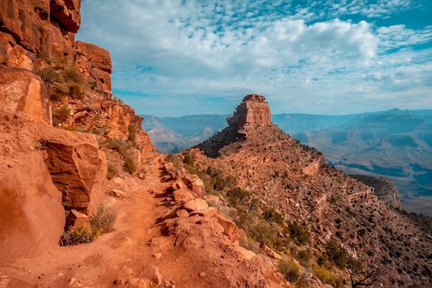 Panorama der schönen abfahrt des south kaibab trailhead mit einem berg im hintergrund. grand canyon, arizona