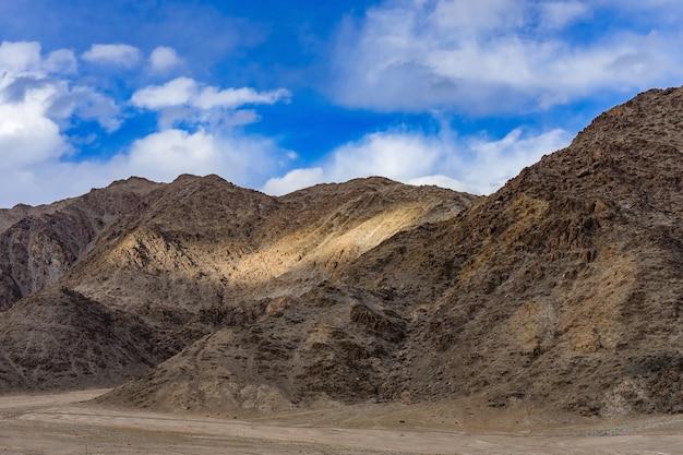 Panorama der schönen berge, die leh am tageslicht umgeben - ladakh, jammu und kashmir, indien.
