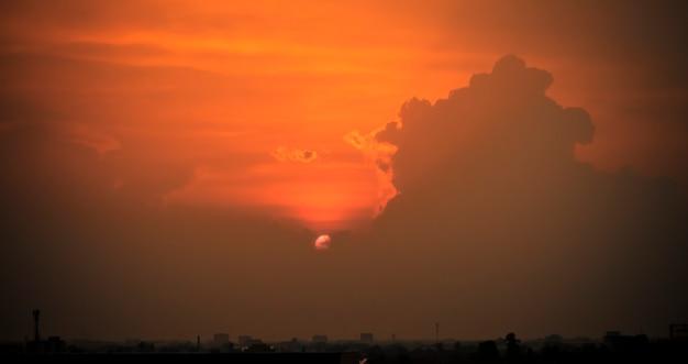 Panorama der silhouette-stadt. kontur von wolkenkratzern, panorama der stadt. sonnenuntergang hintergrund