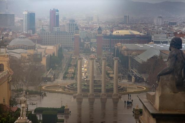 Panorama der spanischen plaza in barcelona während des regens. entnommen aus dem nationalen kunstmuseum von katalonien.