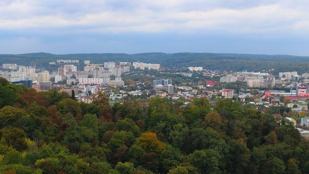 Panorama der stadt lemberg im sommer