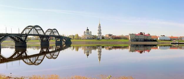 Panorama der stadt rybinsk mit blick auf die kathedrale, die brücke und das museum.