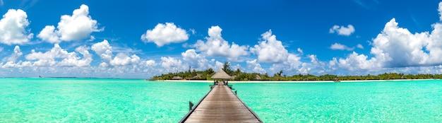 Panorama der wasservillen und der holzbrücke im tropischen strand