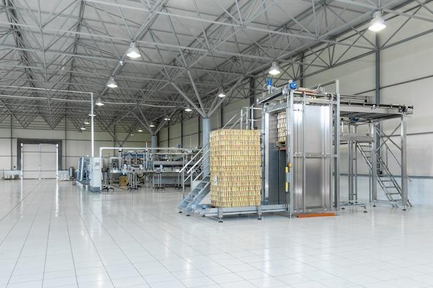 Panorama der werkstatt zur herstellung und abfüllung von getränken in blechdosen