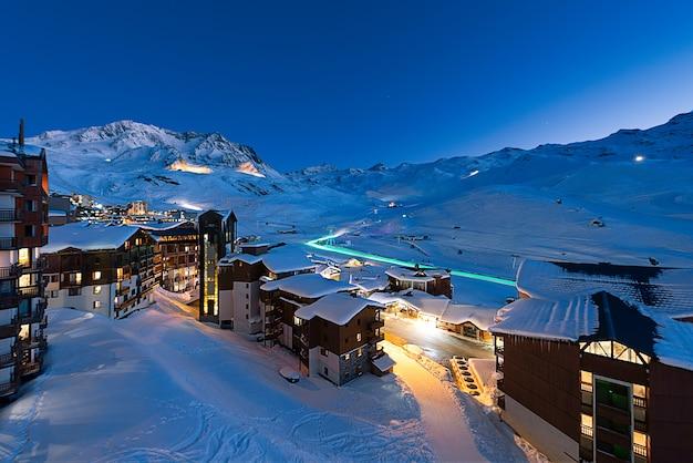 Panorama des berühmten val thorens in den französischen alpen bei nacht, vanoise, frankreich