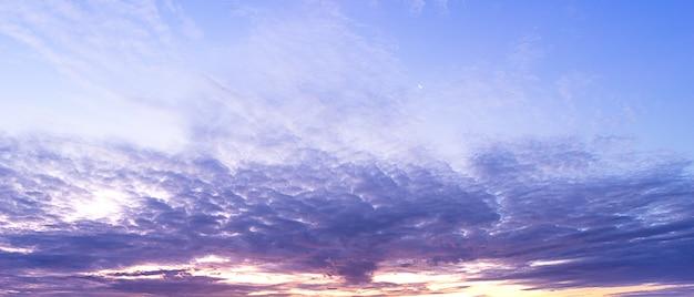 Panorama des bewölkten himmels der dämmerung