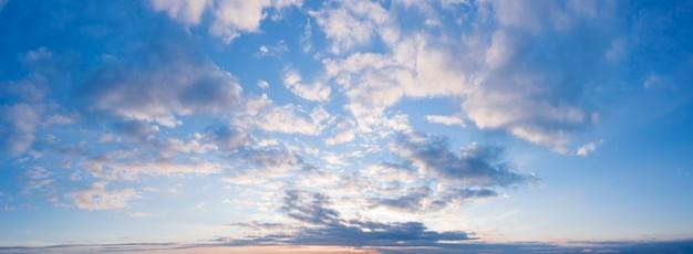 Panorama des bewölkten winterhimmels bei sonnenuntergang.